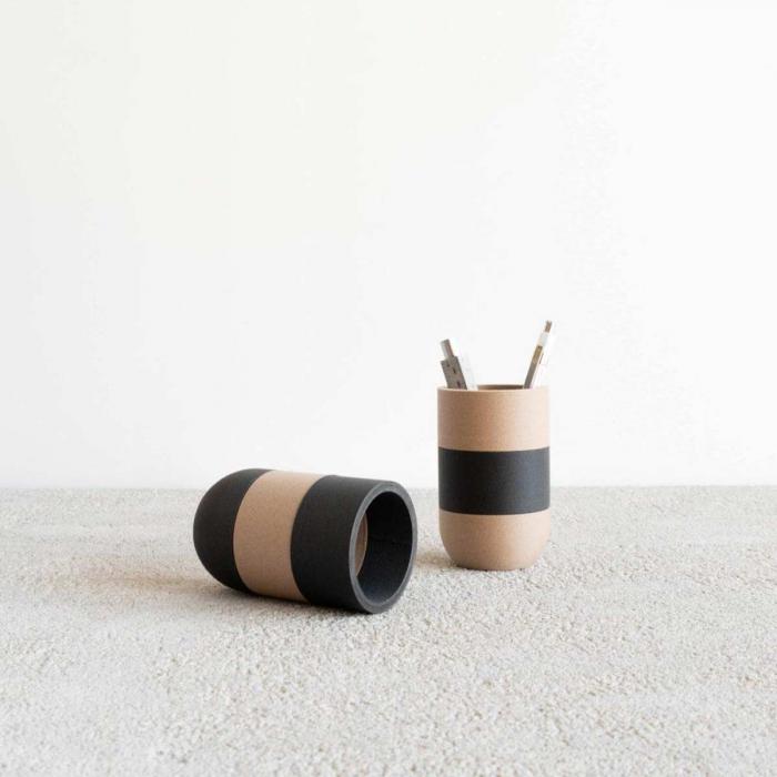 Two Tone II - portamatite nero con fascia in legno chiaro