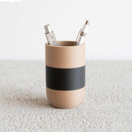 Two Tone I - portamatite in legno con fascia nera