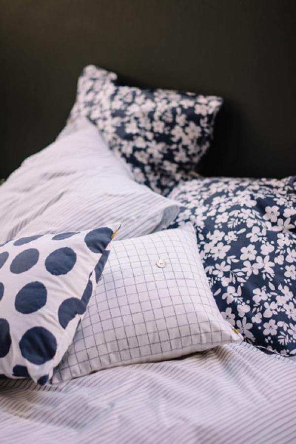 Un mix di fantasie in blu per la biancheria da letto di Les Pensionnaires