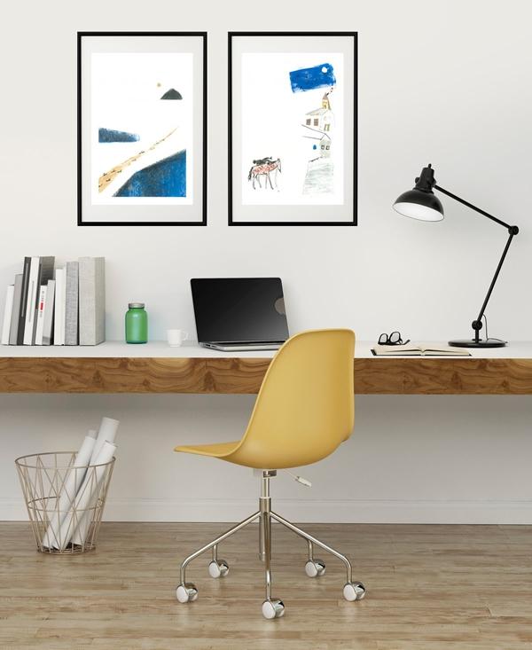 Angolo studio arredato con stampe su carta cotone di Annamaria Nizi