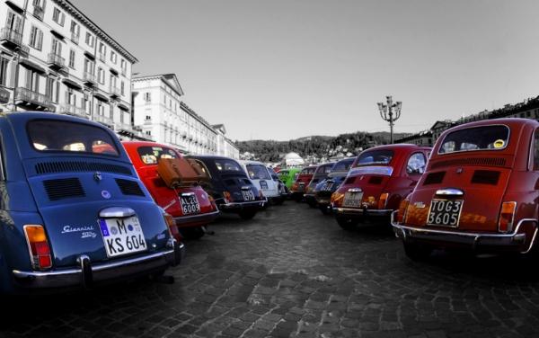 Raduno delle FIAT 500 in piazza Vittorio Veneto a Torino.